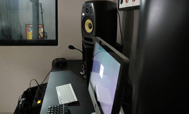 arranging studio monitors